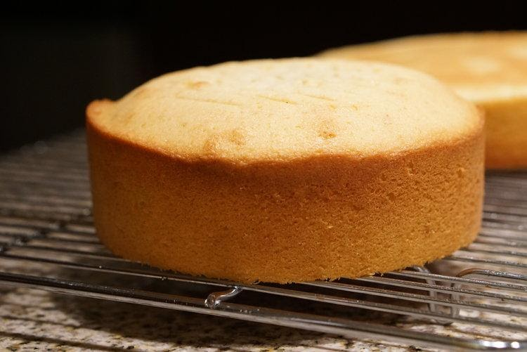 Easy Vanilla Sponge Cake Recipe (With And Without Eggs)